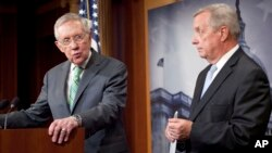 Senator Harry Reid dan Richard Durbin memberikan konferensi pers usai voting tentang perjanjian nuklir Iran di Capitol Hill, Kamis (10/9).