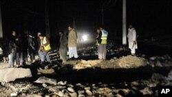 阿富汗警察聚集在喀布尔郊区一个爆炸现场