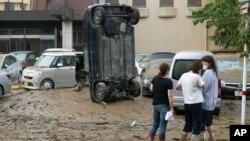 Mobil yang diterjang banjir di Hitoyoshi, Prefektur Kumamoto, Jepang, Minggu, 5 Juli 2020.