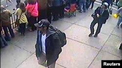 La fotografía muestra a los dos sospechosos que el FBI ha identificado como relacionados con el atentado en Boston.
