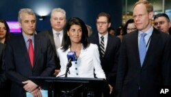 Duta Besar Amerika Serikat untuk PBB Nikki Haley (tengah), dikelilingi oleh perwakilan negara-negara pendukung lainnya, memberikan keterangan kepada wartawan di luar Majelis Umum PBB, 27 Maret 2017.
