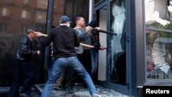 Người biểu tình thân Nga đập phá một cơ sở kinh doanh ở Donetsk, đông Ukraine, ngày 3 tháng 5, 2014