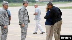 Thống đốc tiểu bang Oklahoma Mary Fallin ra đón Tổng thống Obama khi ông đến Can cứ Khong quan Tinker ở Oklahoma City, 26/5/13