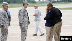 奥巴马总统抵达奥克拉荷马机场拥抱前来迎接的法林州长。2013年5月26日