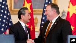 美國國務卿蓬佩奧和中國國務委員兼外長王毅在美國國務院聯合舉行記者之後握手。 (2018年5月23日)