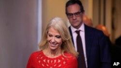 2018年1月23日华盛顿白宫布雷迪新闻发布会: 站在川普总统顾问凯莉安·康威身后的国家安全局发言人迈克尔·安东