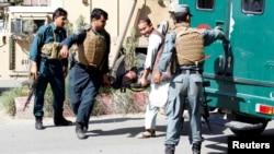 طالبان دیشب بر پوستههای کمربند امنیتی شهر لشکرگاه حمله کرده که در نتیجه ۱۴ پولیس افغان کشته شده اند