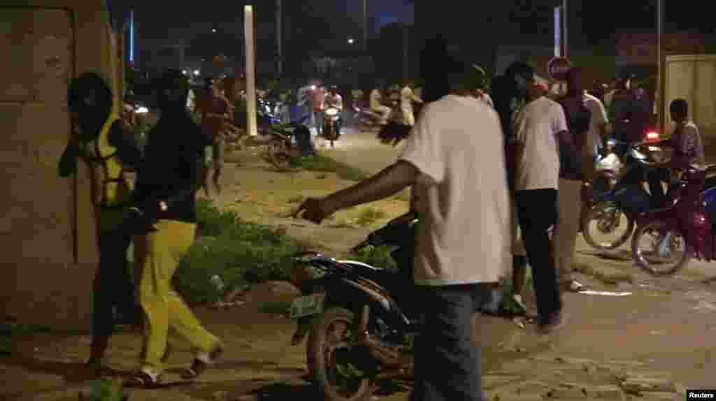 Un client du café court dans la rue après l'attaque d'hommes armés dans un café à Ouagadougou, Burkina Faso, le 13 août 2017.