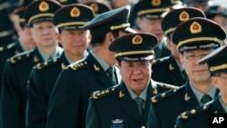中國軍事官員集結在北京人民大會堂外。(2013年3月4日資料照片)