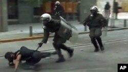 希臘示威者與警察在街頭衝突