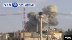 ترکی کی سرحد کے قریب واقع شام کے قصبے پر صدر اسد کے طیاروں کی بمباری کے بعد دھواں اٹھ رہاہے (فائل)