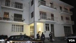Polisi Italia mendatangi rumah keluarga Franco Lamonilara di Gattinara, IItalia (8/3). Lamonilara salah satu korban yang dibunuh oleh para penculik di Nigeria.
