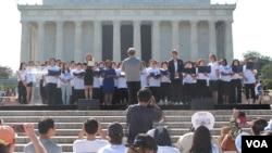 미국 워싱턴 링컨기념관에서 열린 '광복 70주년 통일 염원 대축제'에서 한국 대중가수 양파와 나윤권이 김형석 씨가 지휘하는 연합합창단과 함께 '원드림 원코리아'를 부르고 있다.
