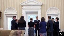 奥巴马在白宫椭圆形办公室会见美国学生及其家长