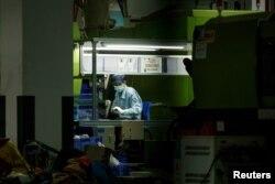 چین کے شہر شنزو میں واقع یونیورسل الیکٹرانکس میں ایک ایغور مزور کام کر رہا ہے۔ 12 اپریل 2021