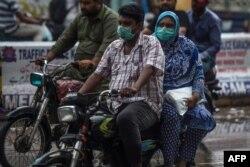 وائرس سے بچنے کے لیے ماسک کی پابندی پر زور دیا جا رہا ہے۔