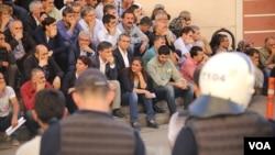 13 Ekim 2016'daki HDP merdivenlerinde oturan Pir, eliyle ağzını kapatarak, protestoya katılmıştı