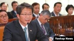 류길재 한국 통일부 장관이 지난 4일 열린 국회 외교통일위원회에서 질의에 답변하고 있다. (자료사진)