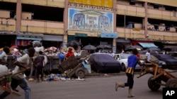 Un petit marché après les élections à Abidjan, en octobre 2015. (AP Photo/Schalk van Zuydam)