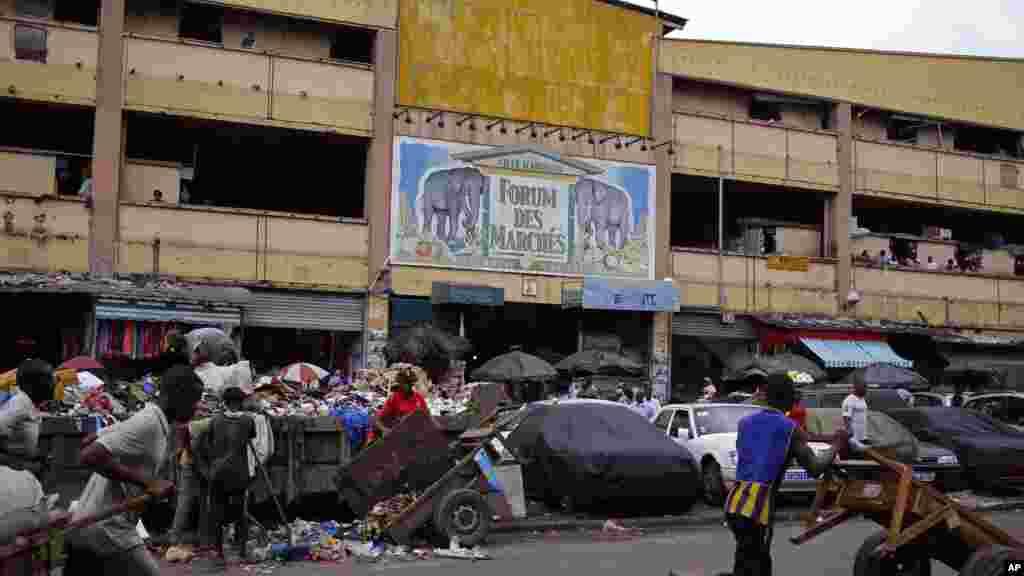 La vie se poursuit normalement dans les rues d'Abidjanaprès la publication des résultats provisoires de l'élection présidentielle, 28 octobre 2015.