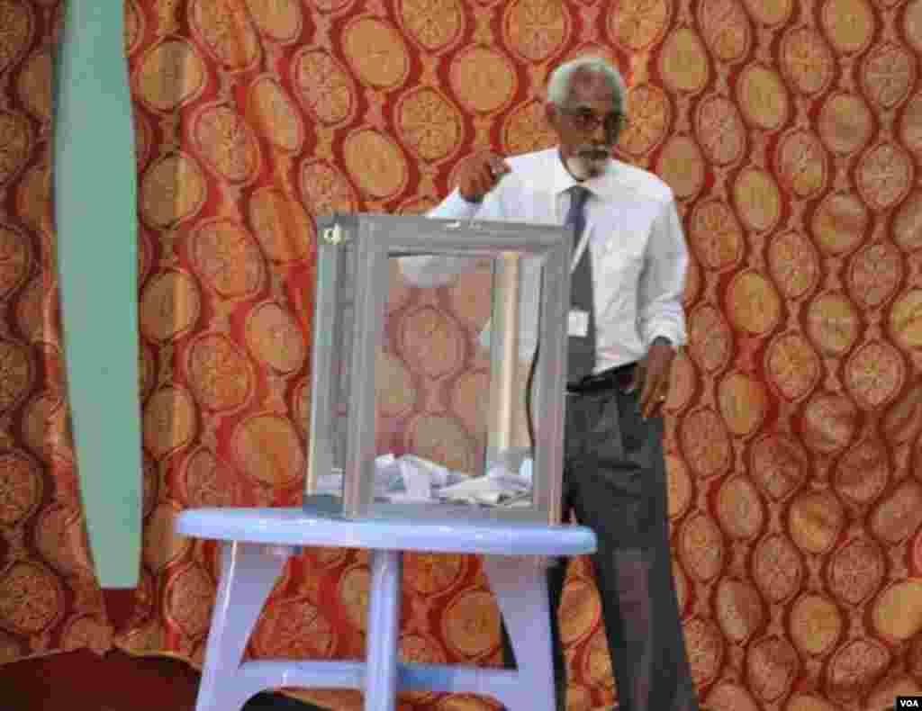 Prof. Jawaari oo codkiisa dhiibanaya ka hor intii aan loo dooran xilka guddoomiye-nimada