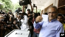 East Timor's President Jose Ramos-Horta shows his ballot before casting it during the presidential election in Metiaut, Dili March 17, 2012.