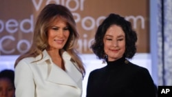 """La primera dama de EE.UU., Melania Trump, entregó el premio """"Mujer de Valor"""" a Natalia Ponce de León, de Colombia, el miércoles, 29 de marzo de 2017, en el Departamento de Estado, en Washington."""