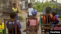 Sessão de diálogo comunitário no bairro da Munhava, Beira, com Júlia Fara