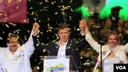 Juan Manuel Santos merayakan kemenangan besar dalam pemilihan putaran kedua presiden Kolombia.