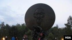莫斯科的胡志明塑像 (美国之音白桦拍摄)