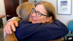 Las ganadoras de Pulitzer del Salt Lake Tribune, Jessica Miller y Erin Alberty, se abrazan al recibir la noticia en su sala de redacción este lunes, 10 de abril de 2017, en Salt Lake City.