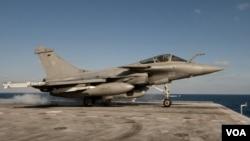 Fuerzas francesas han desplegado unos 1,800 militares y por lo menos 20 aviones de combate acompañados por un submarino para proteger a los ciudadanos libios.