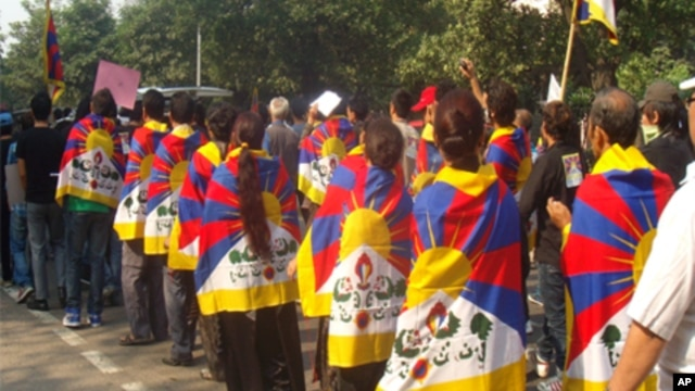 Tibetans marching in Tibetan flags in a rally near the Chinese embassy in New Delhi on Wednesday (VOA Tibetan Photo/Tsering Wangyal)