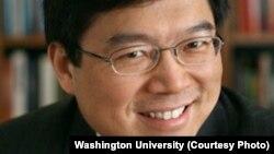 Lihong Wang, dont l'équipe à l'université de Washington à Saint-Louis dans le Missouri, a mis au point une caméra incroyablement rapide (Photo Washington University)