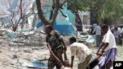 10月4号索马里政府军在首都摩加迪沙爆炸现场抬走死者