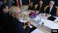 2014年7月13日維也納:伊朗外交部長穆罕默德•賈瓦德•扎里夫(左)會見美國國務卿約翰•克里(右)