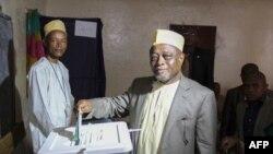 Mohamed Ali Soilihi, à droite, candidat du pouvoir sortant à la présidentielle du 10 avril 2016 aux Comores