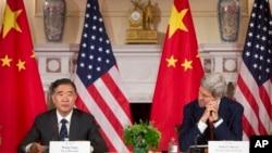 24일 미국 워싱턴 국무부에서 열린 미-중 고위급 전략경제대화 폐막 기자회견에서 존 케리 국무장관(오른쪽)이 중국 왕양 경제담당 부총리의 발언을 듣고 있다.