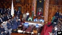 Waziri wa fedha wa Kenya Robinson Njeru Githae akiwasilisha bajeti bungeni Juni 14, 2012