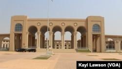 Façade de siège du parlement togolais, à Lomé, le 8 janvier 2019. (VOA/Kayi Lawson)