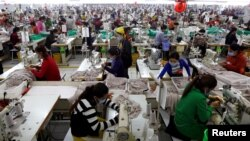 Suasana kerja pabrik pemasok pakaian merek H&M di provinsi Kandal, Kamboja, 12 Desember 2018. (Foto: dok).