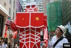 視覺藝術家黃國才製作「進擊的共人」參加7-1大遊行,表達來自中國的貪腐等歪風正攻擊香港以至全世界(美國之音湯惠芸)