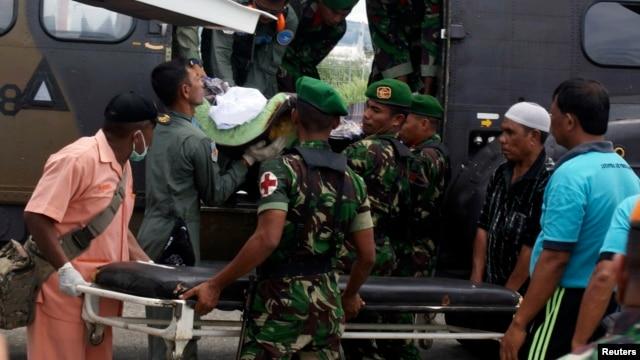 22일 인도네시아 파푸아주 센타니 공항에서 반군의 공격으로 사망한 군인을 옮기고 있다.