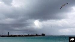"""星期五早上,飓风""""华金""""扫过巴哈马,乌云密布。(2015年10月2号)"""