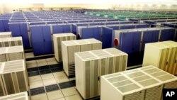 일본 요코하마의 해양연구개발기구(JAMSTEC)에 있는 기존의 어스 시뮬레이터(Earth Simulator) 슈퍼컴퓨터.