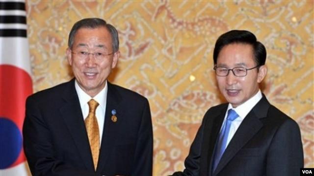 Sekjen PBB, Bank Ki Moon berjabat tangan dengan Presiden Lee Myung-bak di Seoul. Sebelum KTT G-20 hari Kamis, Ban Ki Moon meminta peminpin G-20 untuk mengingat kaum miskin dunia saat perundingan.