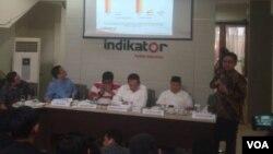 Dari kanan berdiri: Burhanuddin Muhtadi, Mardani Ali Sera, Bambang Soesatyo, Maruarar Sirait, Riza Patria. (Foto: VOA/A. Bhagaskoro)