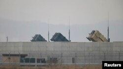미군 기지에 패트리어트 지대공 요격미사일이 배치되어 있다.