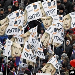 People take part in a rally to support presidential candidate and Russia's current Prime Minister Vladimir Putin in Moscow, February 23, 2012