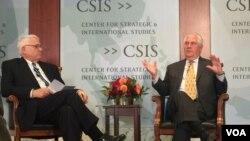 国际战略与研究中心执行官何慕礼(左)与蒂勒森国务卿2017年10月18日在华盛顿智库国际战略与研究中心进行对话(美国之音莉雅拍摄)